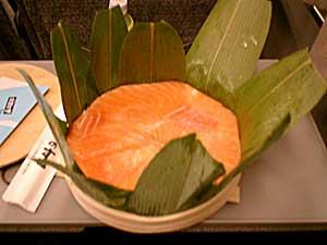 061111 マス寿司 笹をめくった