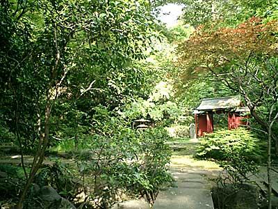 070505 五島美術館庭園 蓬莱池方面から赤門を